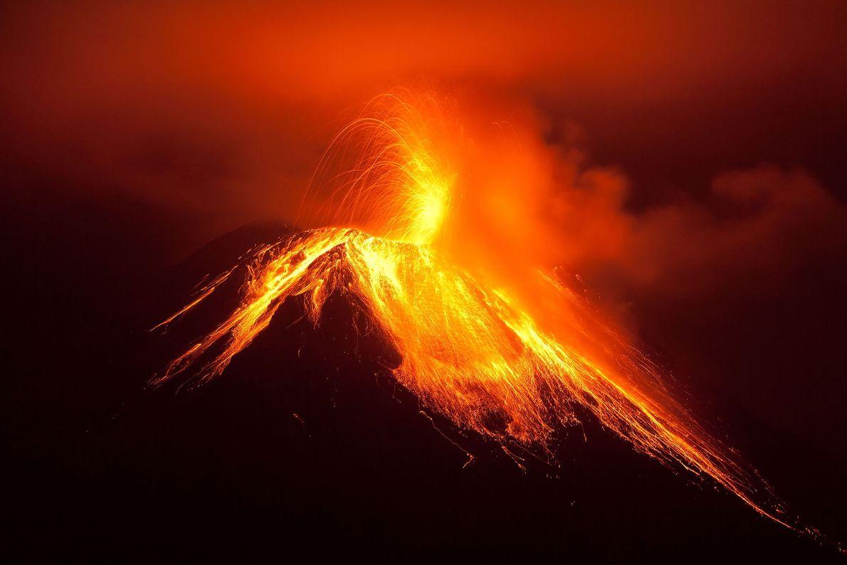 El volcán Tungurahua entra en erupción por la noche. El Tungurahua, también llamado el Gigante Negro, ...