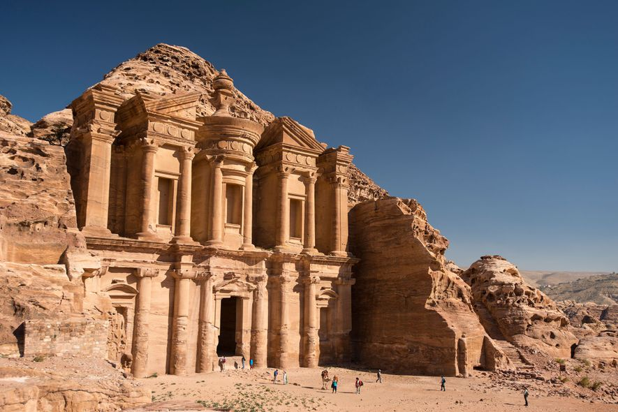 Petra, Jordania  Con una elaborada fachada elevada de más de 45 m sobre el desierto, ...