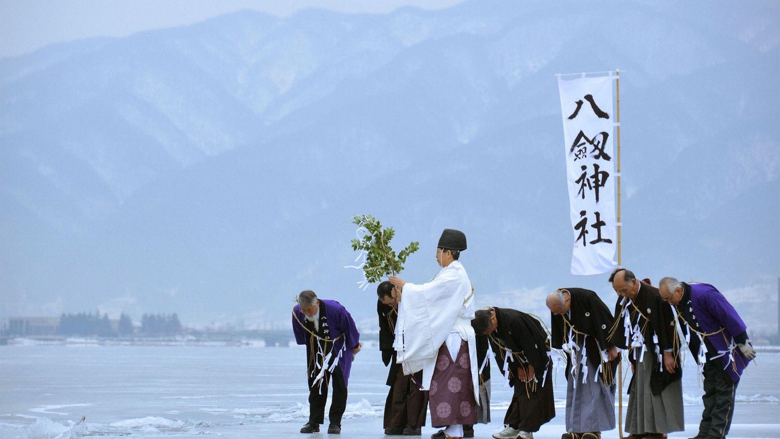 sintoísta-monje-río-suwa