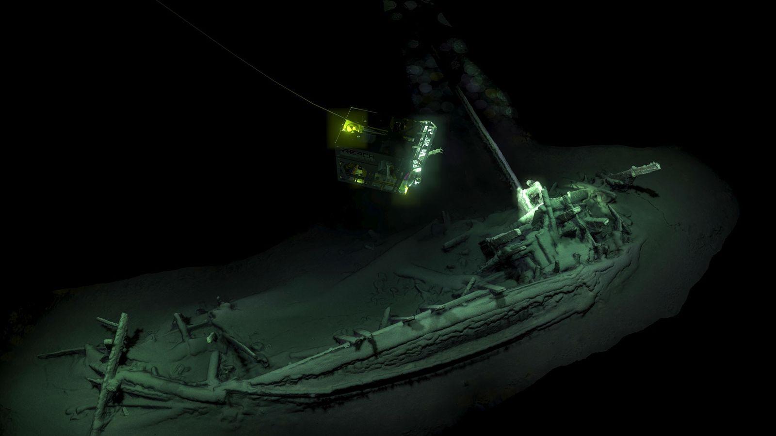 Un ROV (vehículo operado a distancia), captura imágenes del buque mercante de 2.400 años, que descansa ...