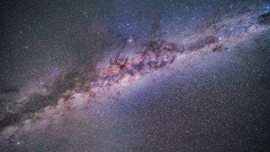 La luz zodiacal aporta un toque borroso a esta imagen de la región central de la ...