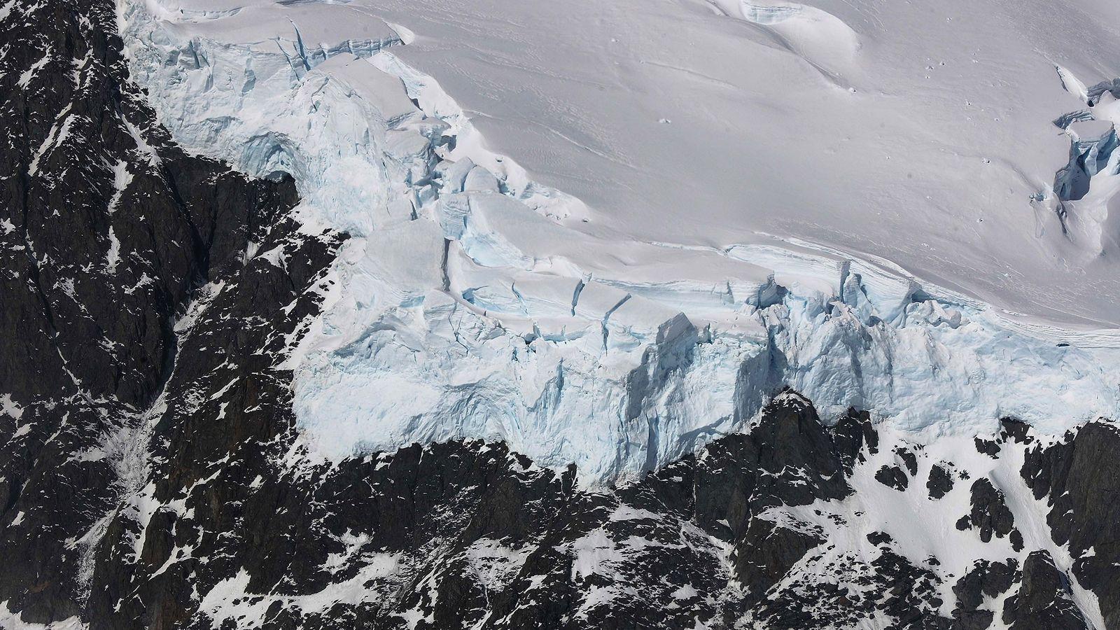 El hielo se une a las rocas en la Península Antártica en una imagen tomada por ...