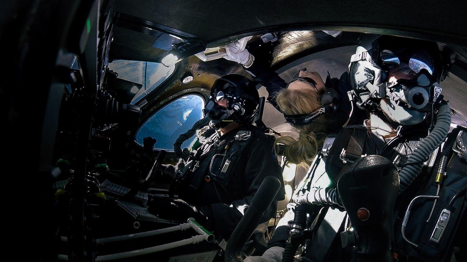 Beth Moses (centro) flota en la microgravedad a bordo de un vuelo de Virgin Galactic el ...