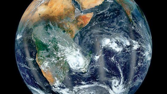 Los océanos y las masas de tierra de la Tierra forman una imagen elegante cuando se ...