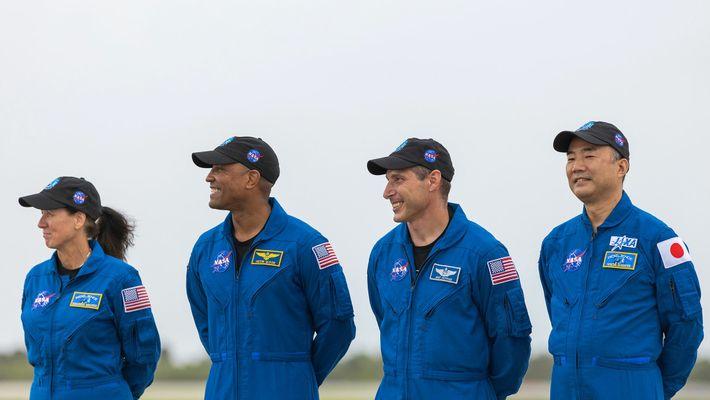 La tripulación llega al Centro Espacial Kennedy de la NASA el 8 de noviembre de 2020. ...