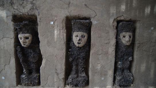 """Estas figuras de madera de 750 años fueron, en su momento, """"guardias"""" de un corredor ceremonial ..."""