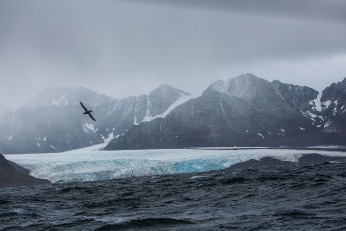 Una tormenta se forma con la mar picada y los fuertes vientos en la costa montañosa ...