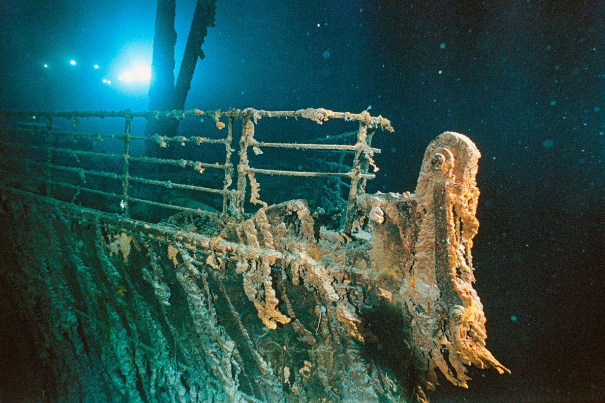 Las luces de un sumergible dan un brillo fantasmal a la proa oxidada del RMS Titanic. ...