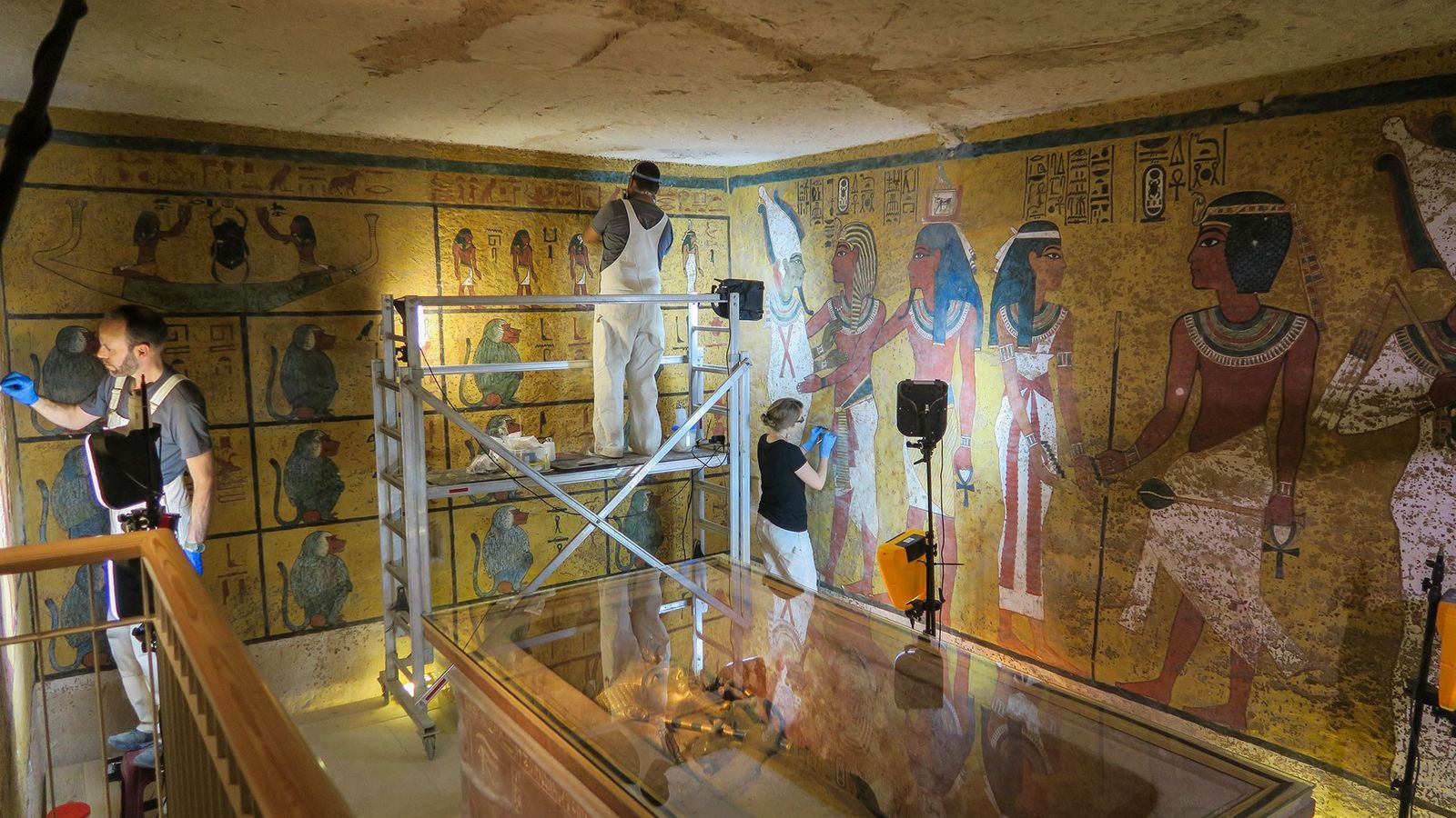 Un equipo científico realiza trabajos de conservación en la cámara funeraria de Tutankamón en 2016.