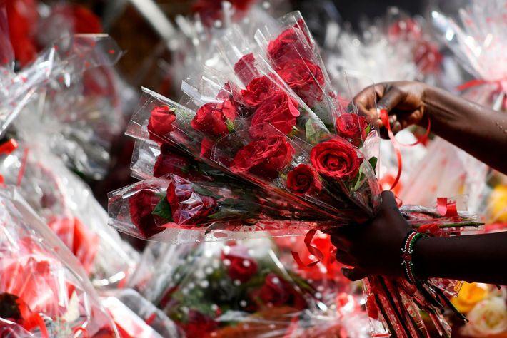 Ramos de rosas se venden el día de San Valentín en una florería en Nairobi, Kenia.