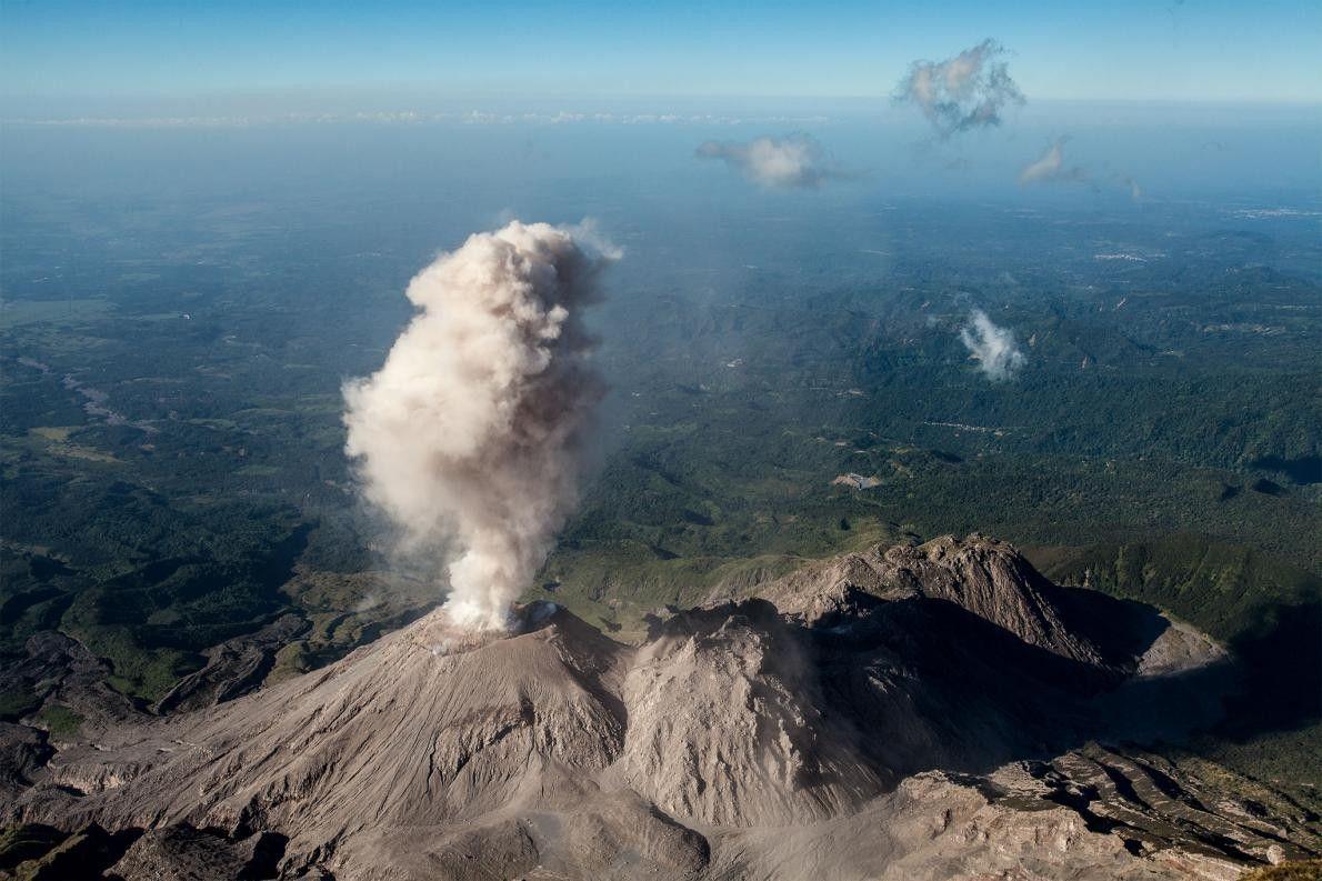El domo de lava El Caliente escupe cenizas. Este domo forma parte del complejo volcánico Santiaguito, ...