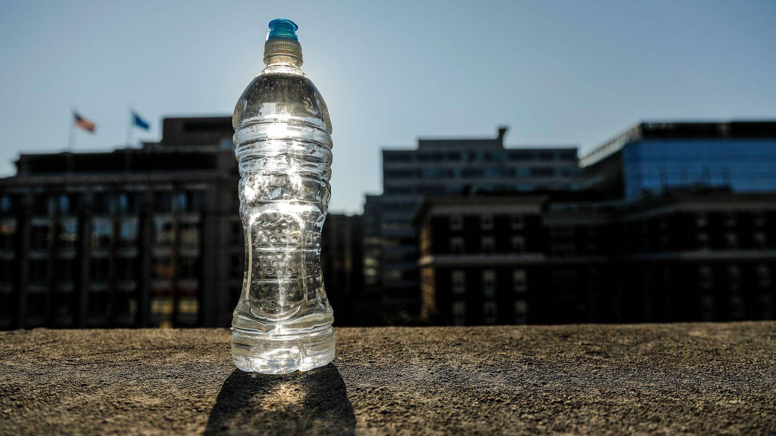 Si bebes agua de una botella de plástico que quedó al rayo del sol, no te ...