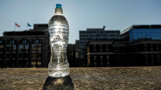 Las botellas de plástico expuestas al calor extremo podrían ser perjudiciales para la salud