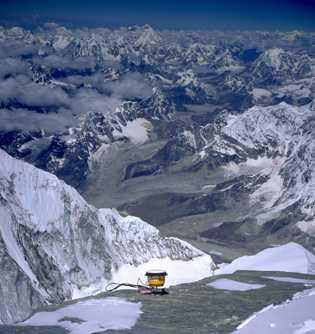En 1999, una expedición estadounidense colocó un receptor GPS en la cima del Monte Everest para ...