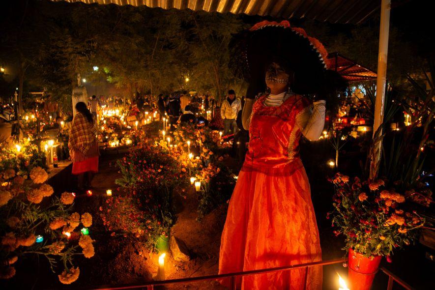 """Santa María Atzompa, Oaxaca, México - """"Sandra, vestida de la Calavera Catrina, espera compartir con el ..."""