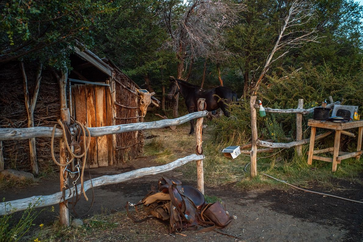En el puesto o cabaña del gaucho Raúl Benavides, la radio se carga con un panel ...