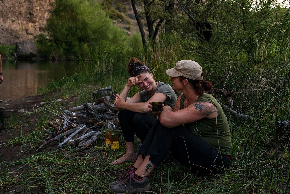 Las voluntarias Colleen Tully y Michelle Van Sandt comparten historias junto al río.