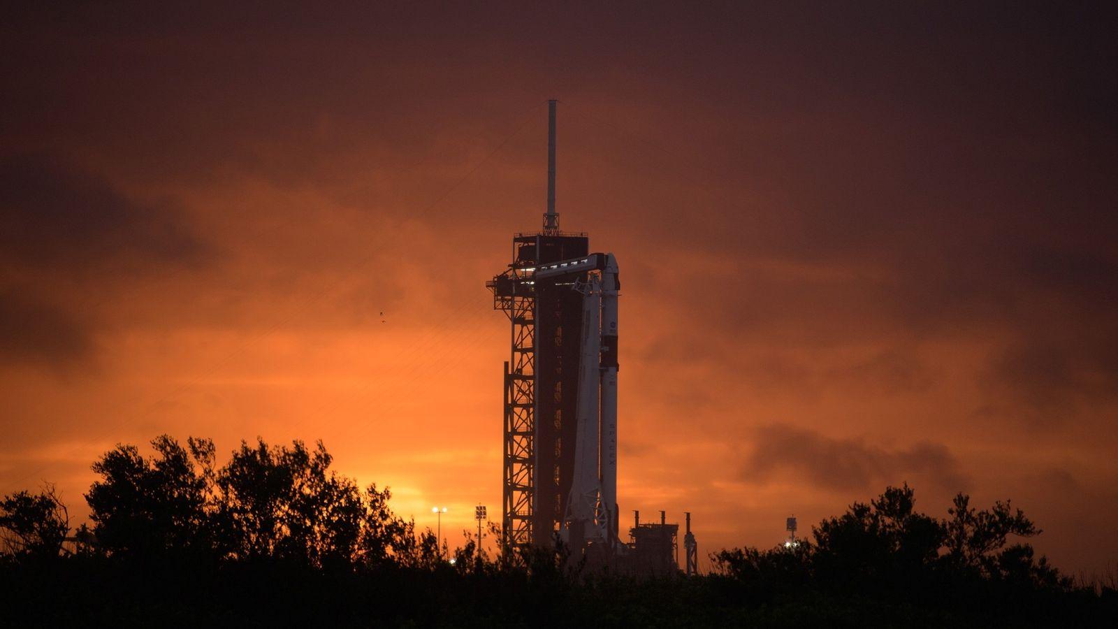 En el Centro Espacial Kennedy de Florida, el cohete Falcon 9 de SpaceX y la nave ...