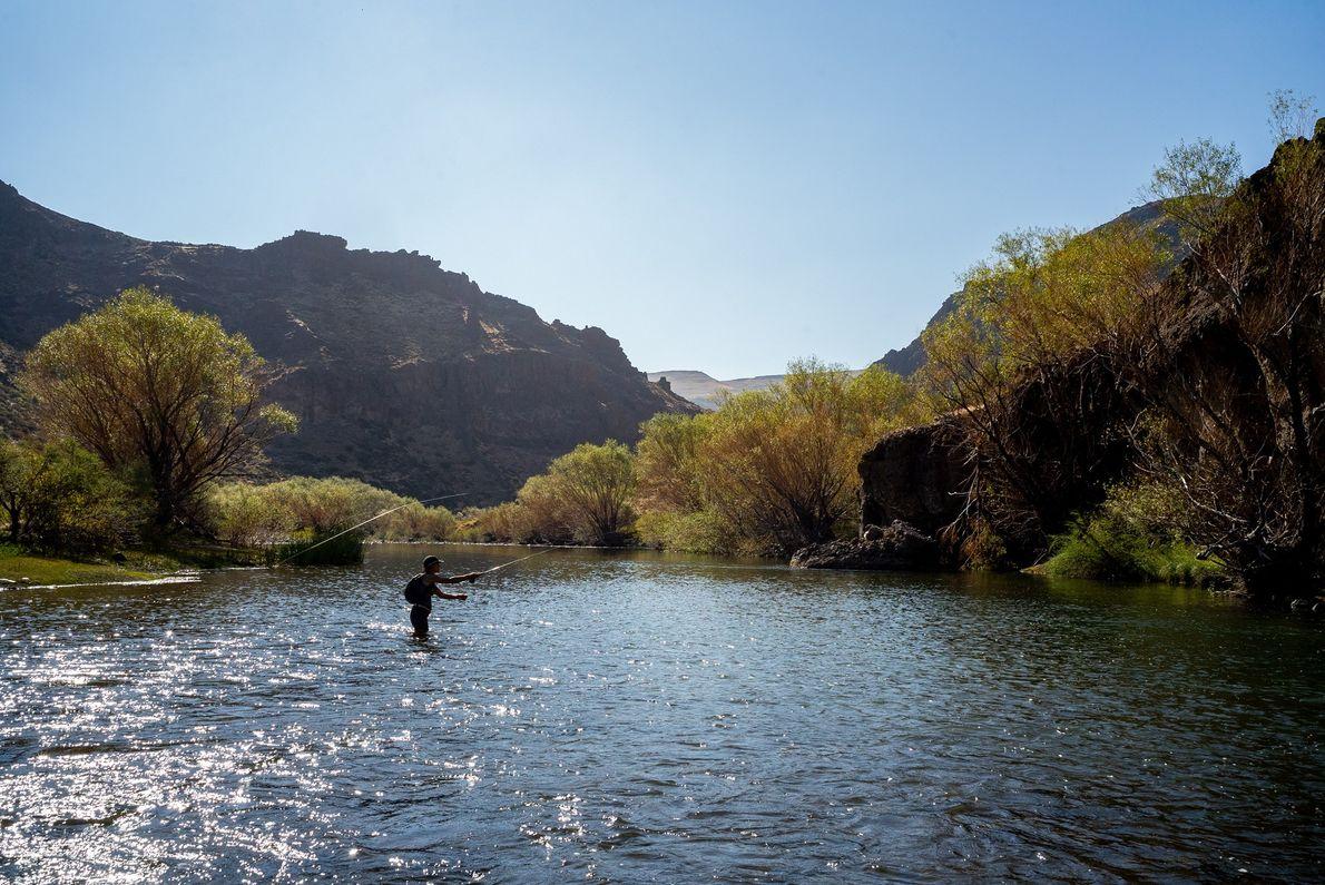 La chef Liz Millikan disfruta pescando en el Rio Trocoman.