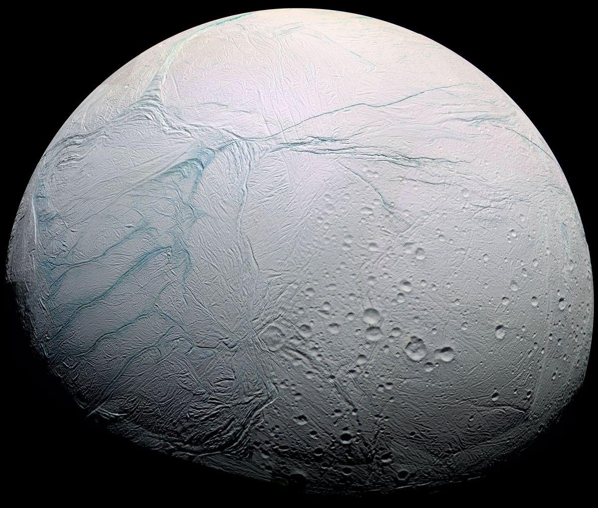 En esta imagen se ve en sorprendente detalle a Enceladus, la luna helada de Saturno, una ...