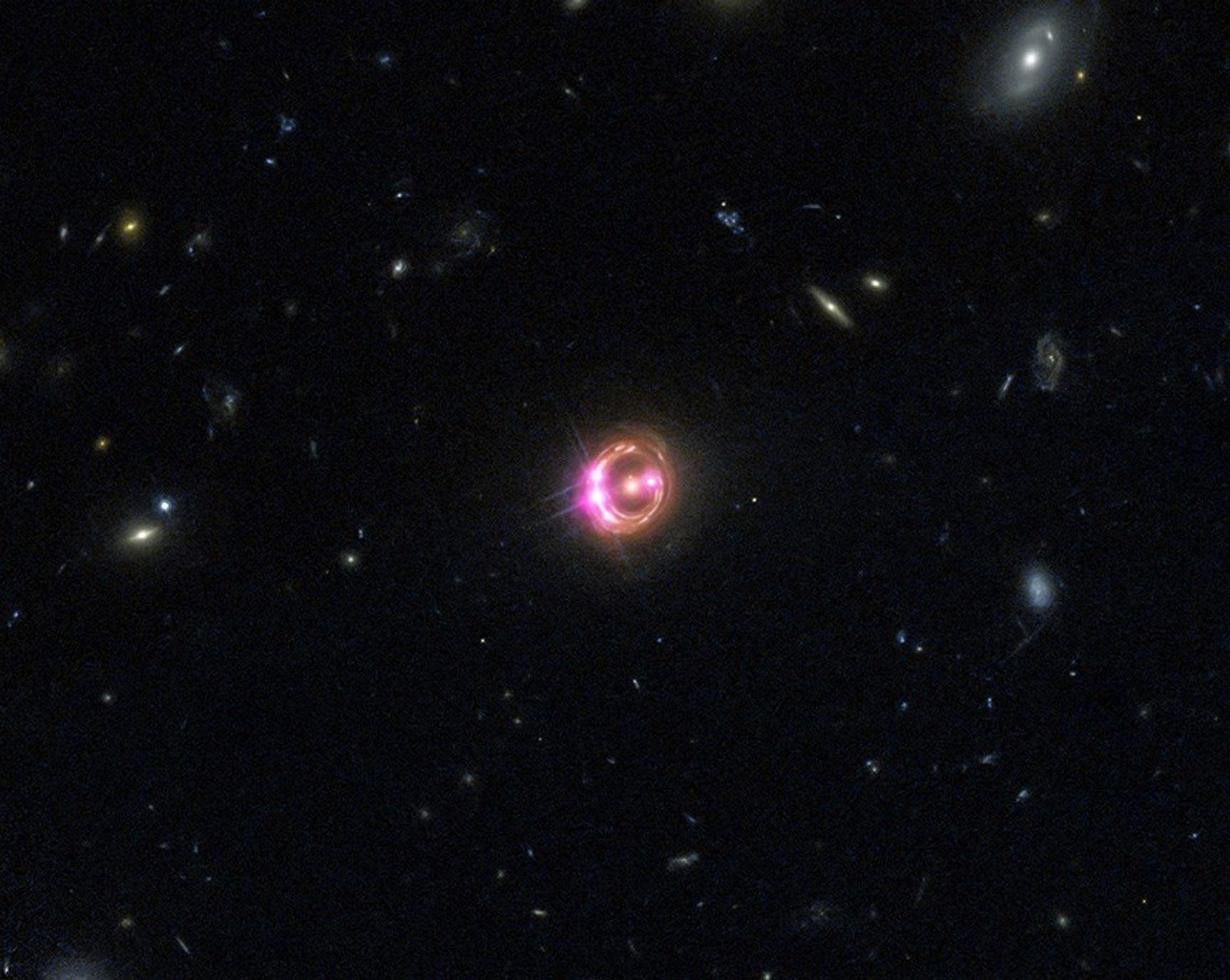 Varias imágenes de un cuásar distante se ven en esta imagen combinada del Observatorio Chandra de ...