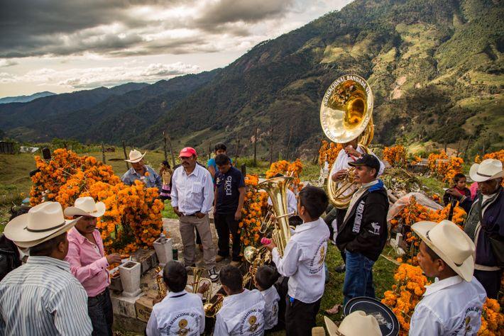 """Cochoapa el Grande, Guerrero, México, 2014 - """"Familiares y amigos, escuchan canciones para recordar y honrar ..."""