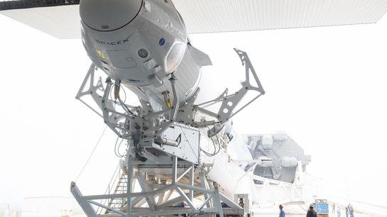 La cápsula Crew Dragon de SpaceX sobre un cohete Falcon 9 antes de su lanzamiento en ...