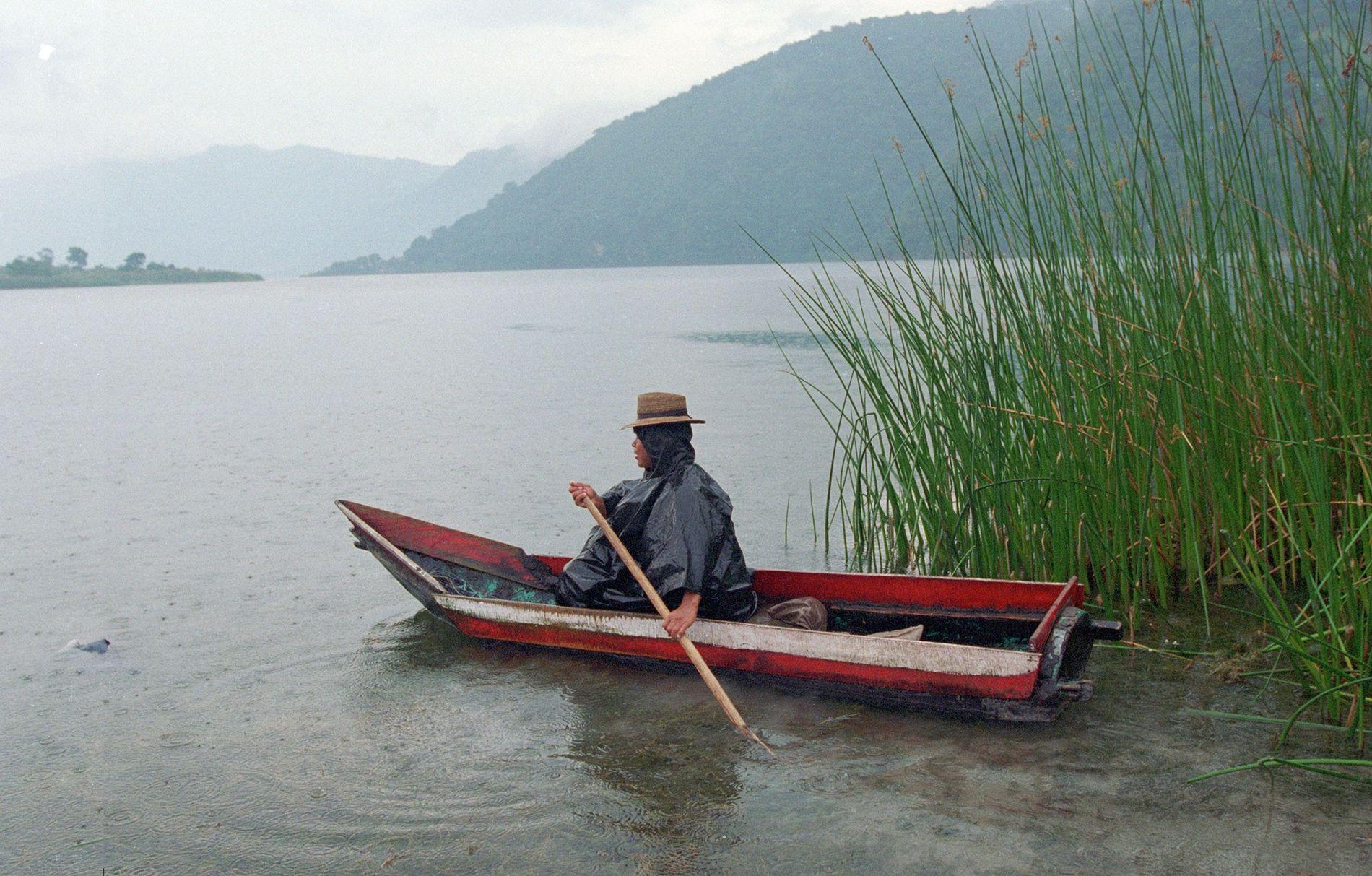 El lago Atitlán es una atracción turística popular y un recurso importante para quienes viven a ...