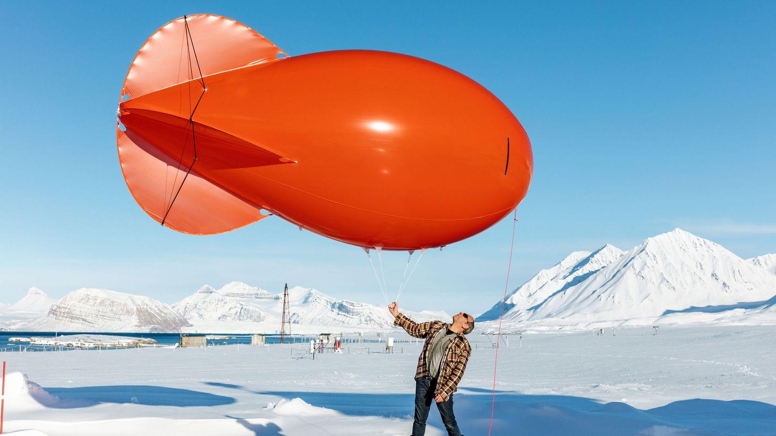 Jürgen Graeser es un técnico a cargo de las mediciones meteorológicas y de otras mediciones en ...