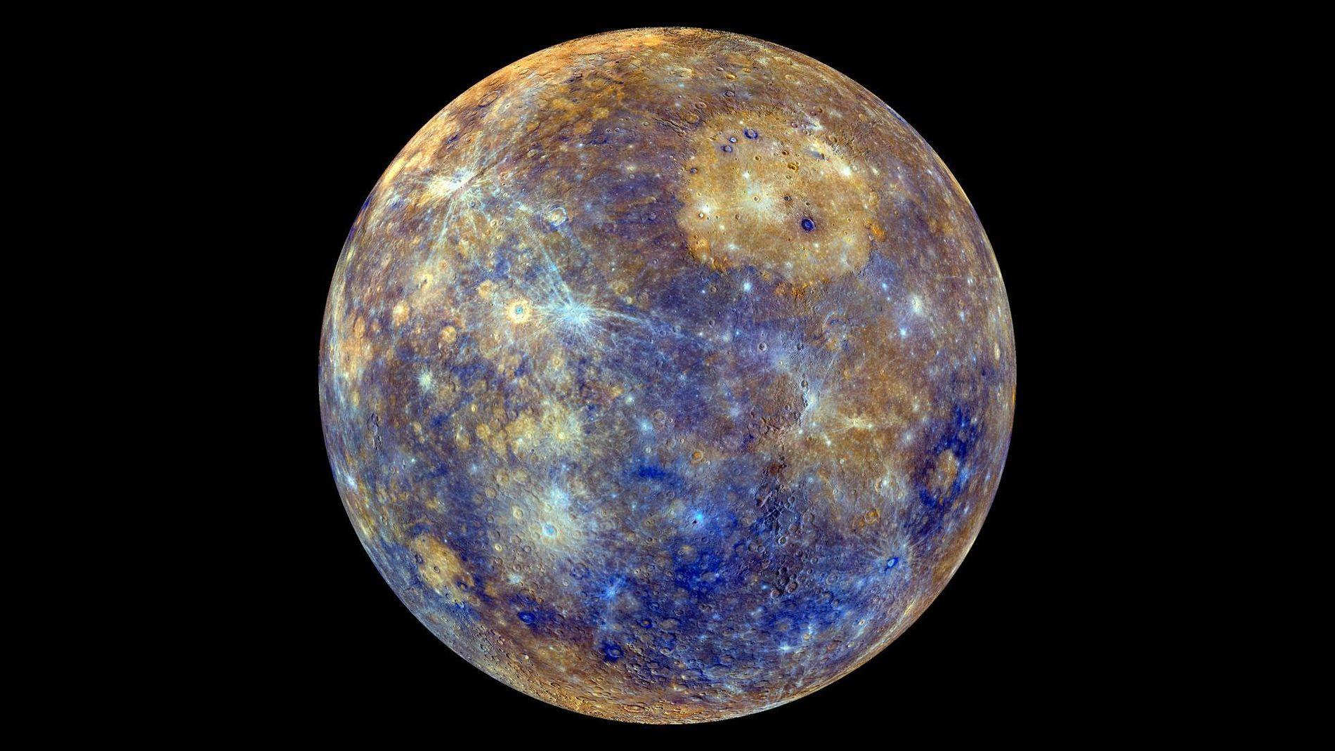 Esta colorida vista de Mercurio se realizó con imágenes de la nave espacial MESSENGER de la ...