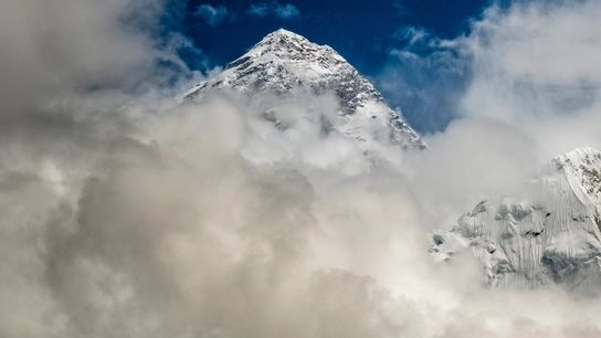 La cima del Monte Everest envuelta en nubes monzónicas durante la temporada de escalada de 2019. Los ...