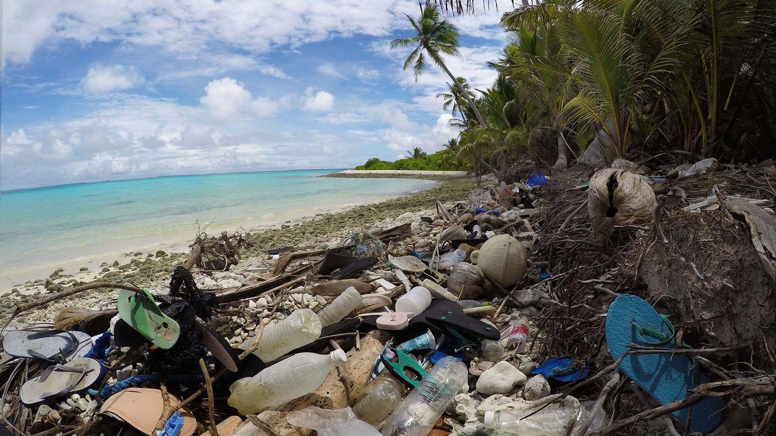 La basura plástica obstruye el norte de Direction Island, en Australia.