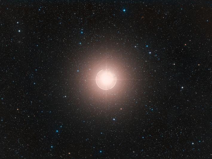 Esta imagen de Betelgeuse, una de las estrellas más brillantes del cielo, es una composición de ...