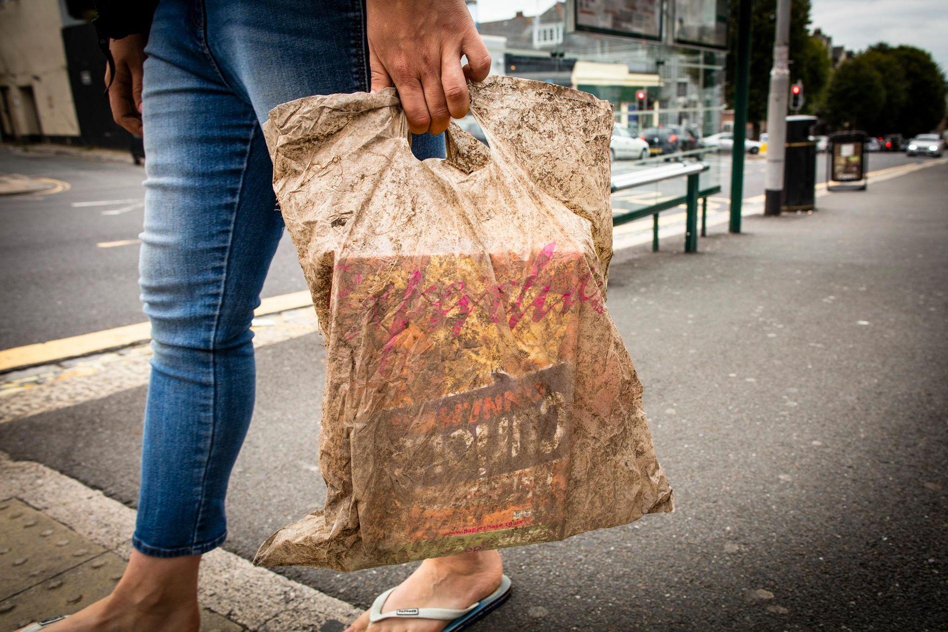 Una bolsa plástica enterrada durante tres años aún sirve para cargar una buena cantidad de alimentos comestibles.