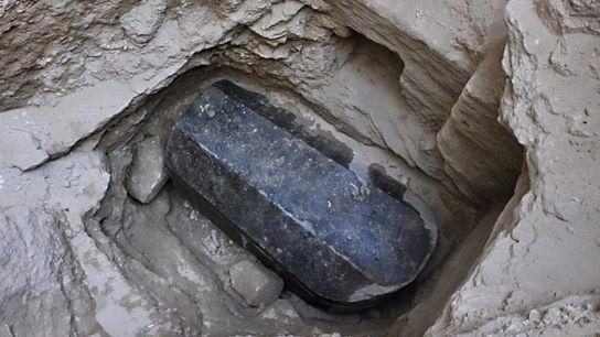 El descubrimiento de este sarcófago de granito sellado de 30 toneladas, de aproximadamente 2000 años, genera ...