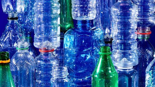 La botella de plástico: de recipiente práctico a residuo odiado