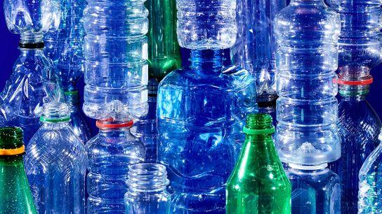 Se compraron un millón de botellas de bebidas de plástico por minuto desde el 2017. El ...
