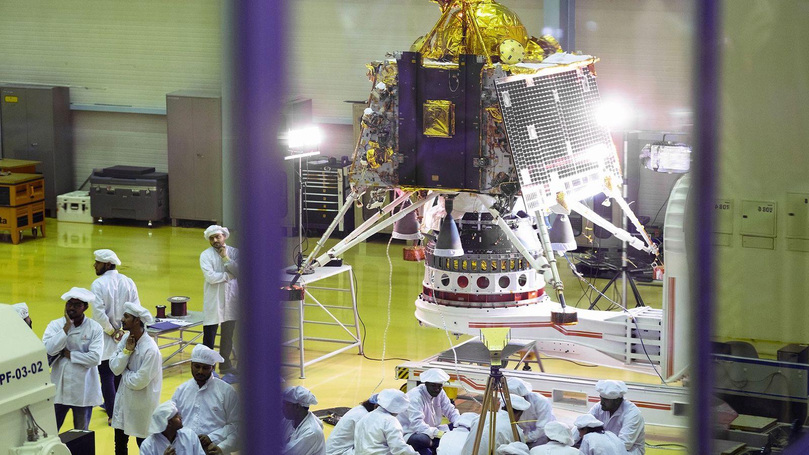Los científicos y empleados observan a Vikram, el módulo de aterrizaje de Chandrayaan-2, en un centro ...
