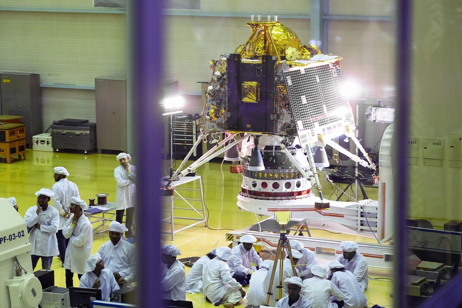 La histórica misión lunar de la India se lanza hacia el polo sur de la Luna