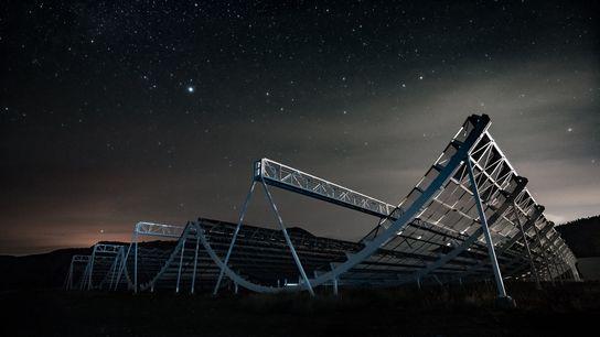 Las estrellas se disponen sobre el Experimento Canadiense de Cartografía de la Intensidad del Hidrógeno, o ...