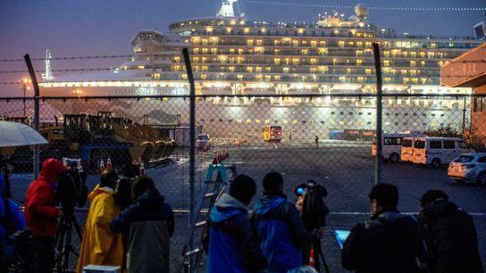 Un autobús se acerca al crucero Diamond Princess, donde decenas de pasajeros han dado positivo en ...