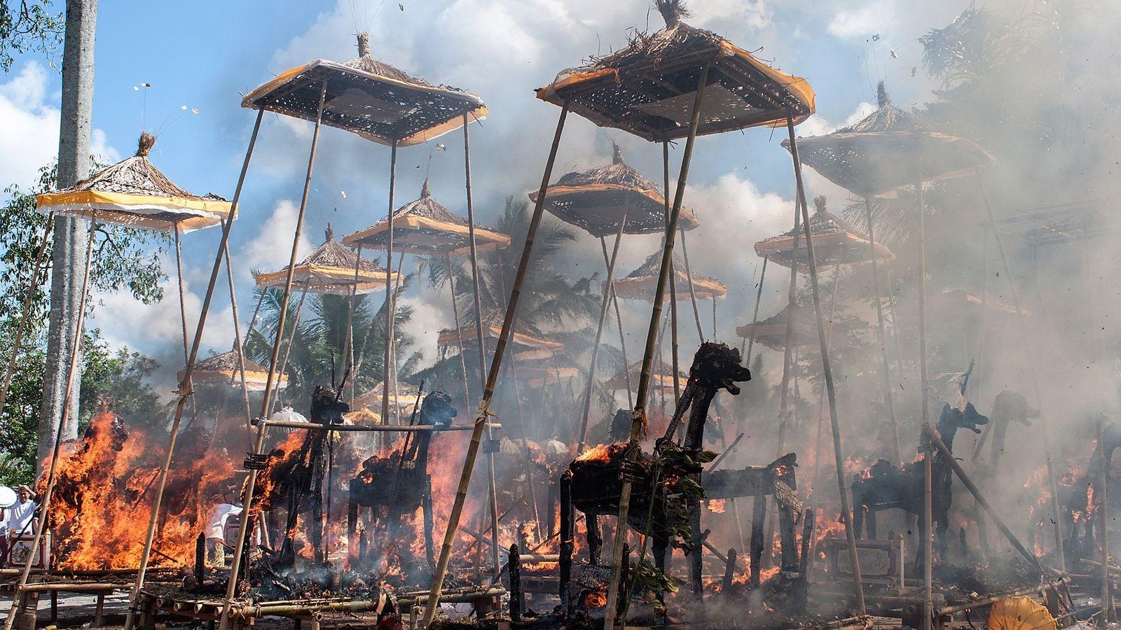 Sarcófagos ardiendo en un evento masivo de cremación tradicional hindú el 18 de agosto de 2013 ...