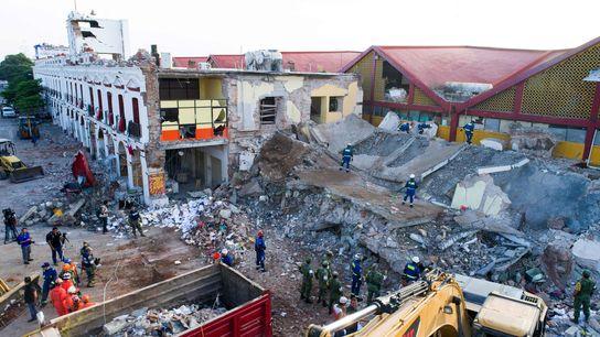 Edificios en ruinas después de que un poderoso terremoto en septiembre de 2017 devastara la costa ...