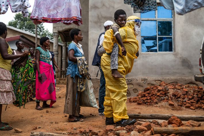 Un trabajador de la salud lleva a Kakule Kavendivwa, de 14 años, a una ambulancia que ...