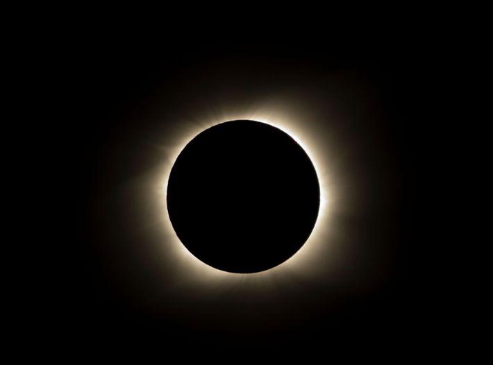 Durante un eclipse solar total, la luna pasa frente al sol y proyecta su sombra sobre ...