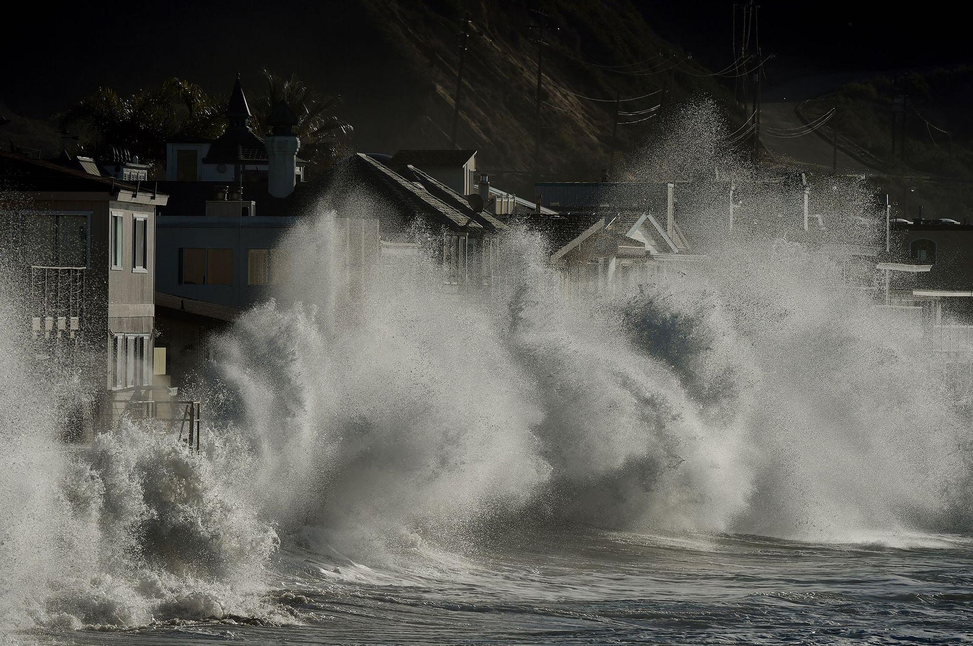 Las olas provocadas por la tormenta chocan contra las casas de playa en Mondos Beach, California, ...