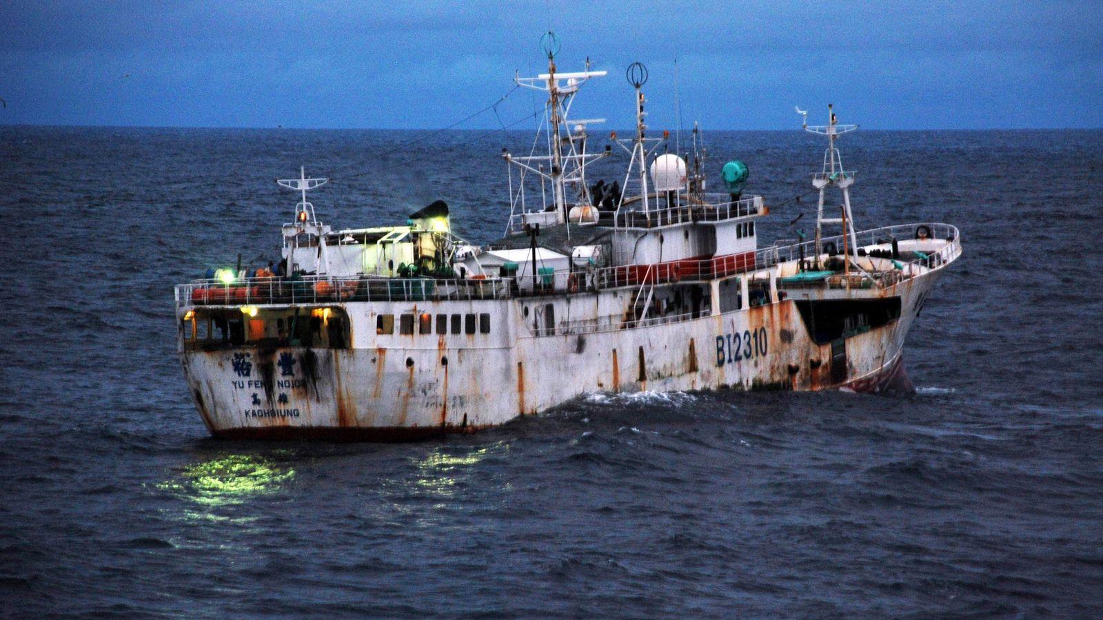 Un barco pesquero de bandera taiwanesa sospechoso de actividad de pesca ilegal, navega frente a la ...