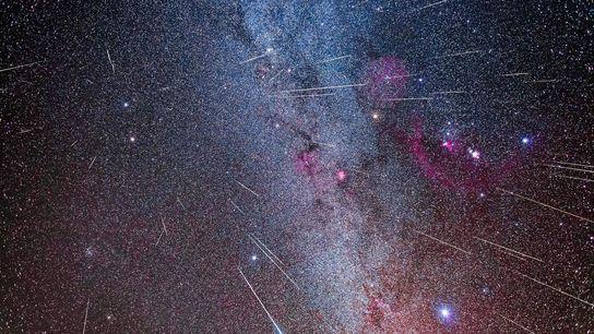 Oleada de meteoros Gemínidas de su constelación tocaya, Gemini, en una foto  compuesta.