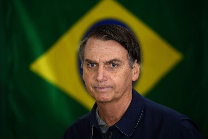 Bolsonaro, líder del Partido Social Liberal de derecha, delante de la bandera brasileña el día de ...