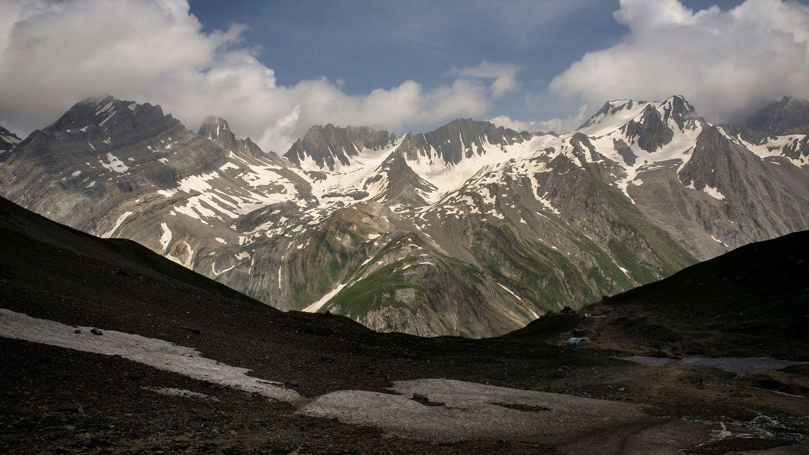 Los glaciares del Himalaya como el que se ve aquí, a lo largo de la ruta ...